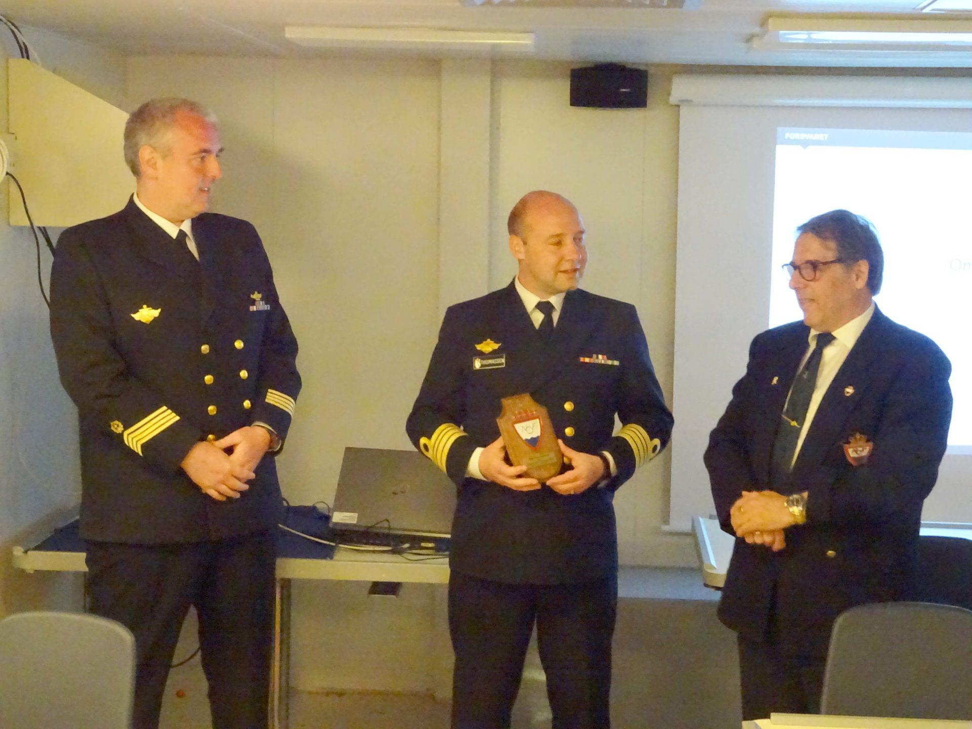 Svein og skipsjef på Fregatten Thor Heyerdal